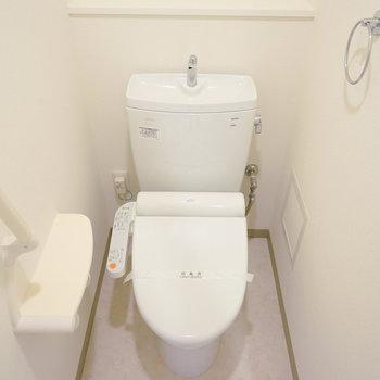 トイレは個室でウォシュレットも!