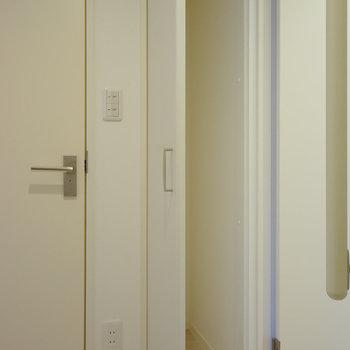 トイレ横に収納スペースあります!