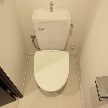 おトイレも上階に個室でご用意しております。