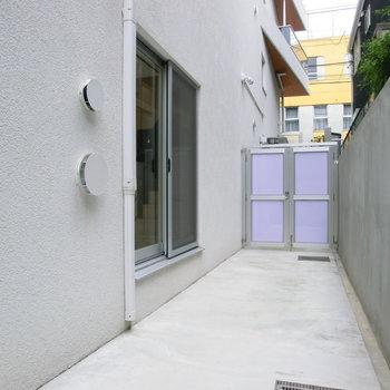 扉の向こうはエントランス。自転車などゆうに置けますね。※写真は別部屋
