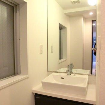 ちょうどいいスペースにすっぽり。左手の窓は開きません。※写真は別部屋