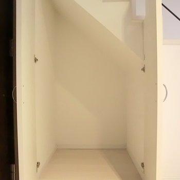 階段下にもございます。※写真は別部屋