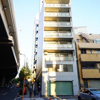 大通り沿いに建つ建物です。