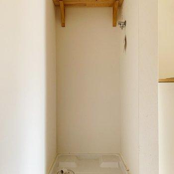 玄関はいって目の前に洗濯機置き場があります