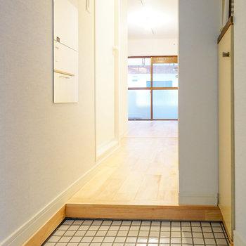 玄関は白タイルでパッと明るく◎