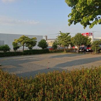 駐車場中央にちょっとした広場