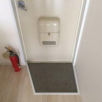 玄関はこちら。消化器…!?※写真は2階の似た間取り別部屋のものです