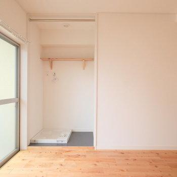 室内洗濯置き場はここに。カーテンパイプがあるので、お気に入りの布を取り付けて目隠し!