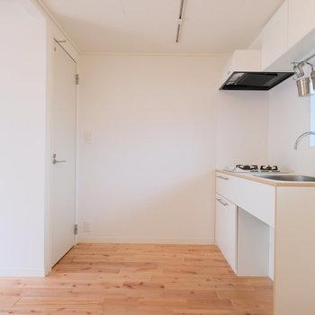 キッチンの背面側奥にトイレがあります!