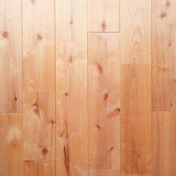 色が落ち着き始めたカバザクラの無垢床!素足で歩きたい◎