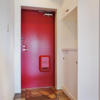玄関赤い扉
