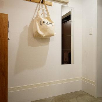 玄関はモルタルの土間◎※写真は同じ間取りの別部屋