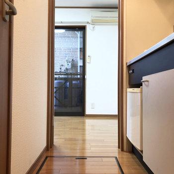 玄関からの一直線、廊下はゆったりゆとりがあります。