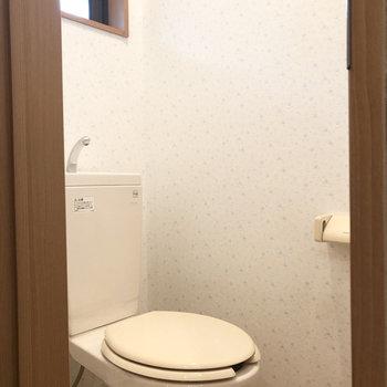 トイレにはかわいいアクセントクロスが。