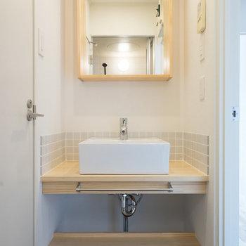木枠の可愛らしい洗面台♪