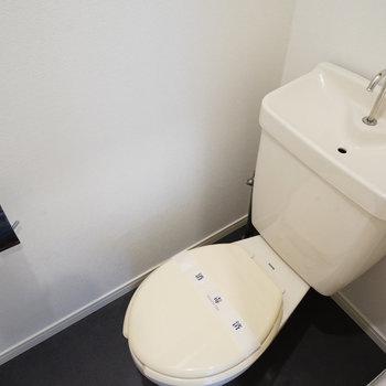 トイレも個室ですよ〇