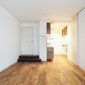 お部屋は玄関から2段下がったところ。若干天井が高いです※写真は前回募集時のものです