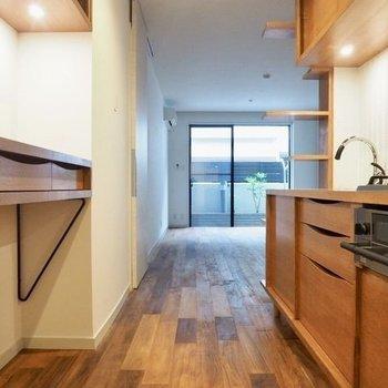 キッチン奥から。棚の脚が華奢なたまらん!※写真は前回募集時のものです