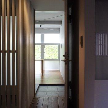 玄関から。