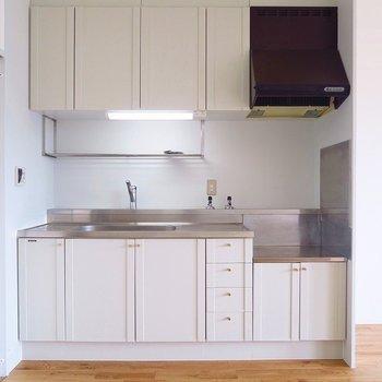 ホワイトがシンプルなキッチンです