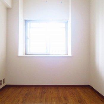 寝室も出窓がありますね。