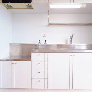 キッチンもシンプルなホワイト。