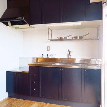ネイビーのキッチンが上品です※写真は前回掲載時のものです。