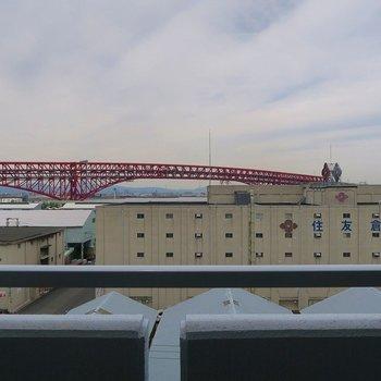 赤い橋と若干海が見えます!※写真は前回掲載時のものです。