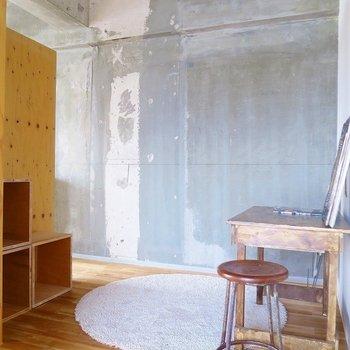 壁の反対側はフリースペース。※写真は前回掲載時のものです。