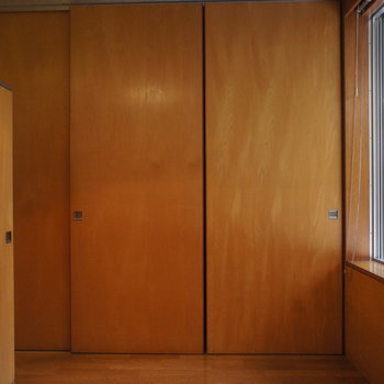 こっちは寝室に。この正面の扉は。。※写真は別部屋です
