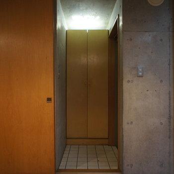 玄関はこちら。ここも扉で隠せますよ※写真は別部屋です