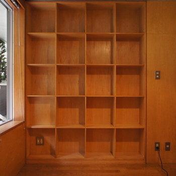反対側には、見せる収納。※写真は別部屋です