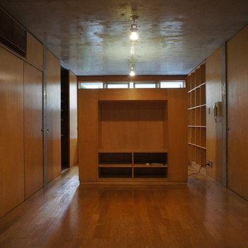 中央に可動式収納。奥にベッドルームです。※写真は別部屋です