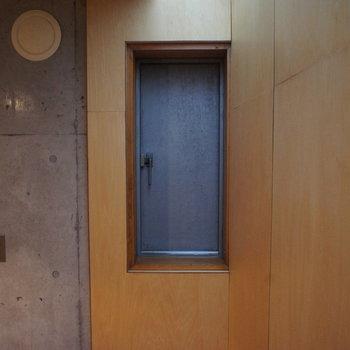 サンルームに不思議な扉が。。※写真は別部屋です