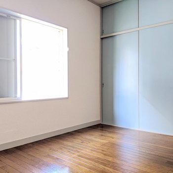 【洋室】淡いブルーの扉がきゅんとくる!
