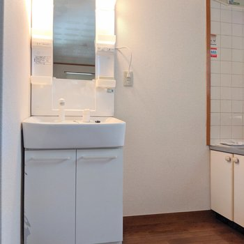 【LDK】キッチン手前に嬉しい独立洗面台