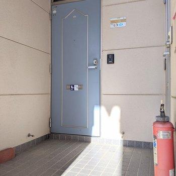 ブルーのドアがかわいい~