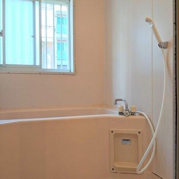 お風呂は小窓付き