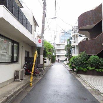 店舗前は住宅があります