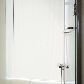 シャワールーム、その中に洗濯機置き場が。。※写真は前回募集時のものです
