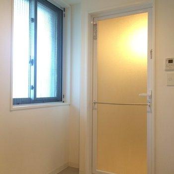 ゆとりある脱衣所スペース※写真は別部屋です