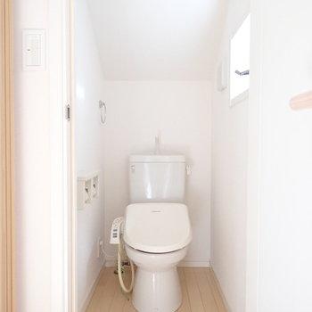 階段を上がってすぐにトイレです、小窓もありますよ。