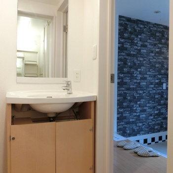 独立洗面台は1階に。ガレージの横。すぐに手洗いうがいができます!!