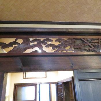 欄間には松の彫り物が
