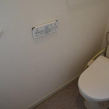 個室のトイレは窓もついてます!※写真は工事前