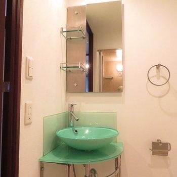 緑の洗面台が可愛すぎます※写真は8階の同間取り別部屋のものです