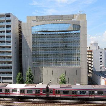 目の前には電車が通ります※写真は8階の同間取り別部屋のものです