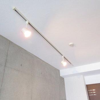 ライティングレールからの明かりが少しの癒し※写真は8階の同間取り別部屋のものです