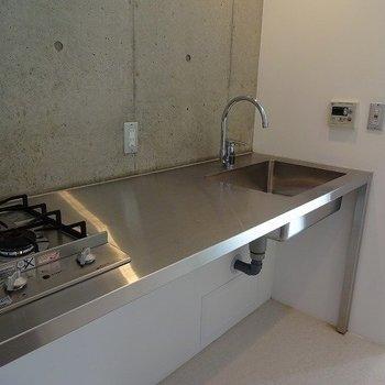 キッチンもシンプルでカッコイイ。※写真は3階の同間取り別部屋のものです。