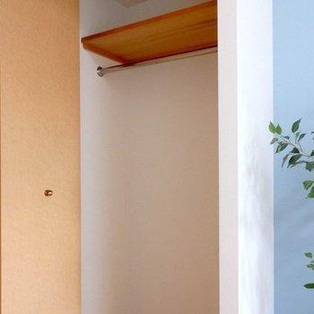 クローゼットは洋室入り口にありますよ。※写真は同間取り別部屋